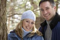 Couple smiling outdoors 11029005236| 写真素材・ストックフォト・画像・イラスト素材|アマナイメージズ