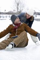 Woman picking fallen boyfriend up 11029005240| 写真素材・ストックフォト・画像・イラスト素材|アマナイメージズ
