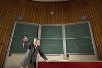 Teacher in front of blackboard 11029005323| 写真素材・ストックフォト・画像・イラスト素材|アマナイメージズ