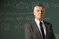 Teacher in front of blackboard 11029005324| 写真素材・ストックフォト・画像・イラスト素材|アマナイメージズ
