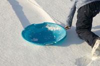 Young girl pulling sled down hill 11029005416| 写真素材・ストックフォト・画像・イラスト素材|アマナイメージズ