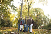 Family walking through park in autumn 11029005573| 写真素材・ストックフォト・画像・イラスト素材|アマナイメージズ