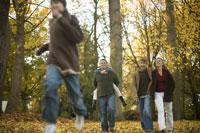 Family walking through park in autumn 11029005603| 写真素材・ストックフォト・画像・イラスト素材|アマナイメージズ