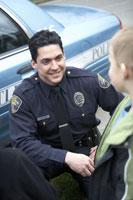 Male police officer talking to a Boy 11029006035  写真素材・ストックフォト・画像・イラスト素材 アマナイメージズ