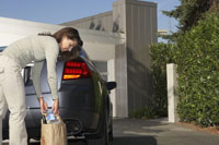 Woman picking groceries 11029006132| 写真素材・ストックフォト・画像・イラスト素材|アマナイメージズ
