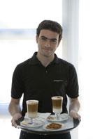 Waiter holding tray of drinks 11029006159| 写真素材・ストックフォト・画像・イラスト素材|アマナイメージズ