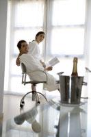 Couple relaxing in hotel room 11029006180| 写真素材・ストックフォト・画像・イラスト素材|アマナイメージズ