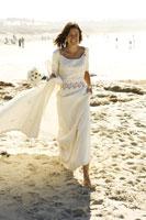 Bride walking on beach 11029007368  写真素材・ストックフォト・画像・イラスト素材 アマナイメージズ