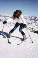 Young woman stopping herself on skis 11029007485| 写真素材・ストックフォト・画像・イラスト素材|アマナイメージズ