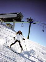 Woman skier skiing 11029007487| 写真素材・ストックフォト・画像・イラスト素材|アマナイメージズ