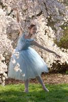 Ballerina under flowering tree 11029007524| 写真素材・ストックフォト・画像・イラスト素材|アマナイメージズ