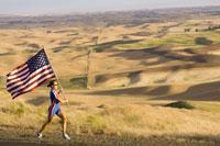 athlete with American flag on roadside 11029007682| 写真素材・ストックフォト・画像・イラスト素材|アマナイメージズ