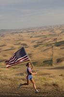 athlete with American flag on roadside 11029007683| 写真素材・ストックフォト・画像・イラスト素材|アマナイメージズ