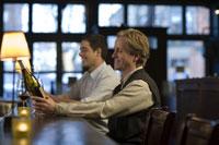 Two men drinking wine at bar 11029007906| 写真素材・ストックフォト・画像・イラスト素材|アマナイメージズ