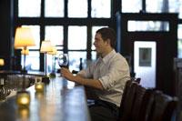 Man drinking wine at bar 11029007910| 写真素材・ストックフォト・画像・イラスト素材|アマナイメージズ