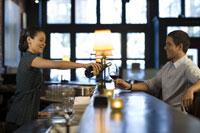 Female bartender with customer at bar 11029007913| 写真素材・ストックフォト・画像・イラスト素材|アマナイメージズ