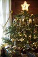 Close-up of christmas tree and gifts 11029008179| 写真素材・ストックフォト・画像・イラスト素材|アマナイメージズ