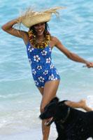 Woman wearing straw hat walking dog 11029008366| 写真素材・ストックフォト・画像・イラスト素材|アマナイメージズ