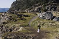 Girl jogging on trail along cliff 11029008425| 写真素材・ストックフォト・画像・イラスト素材|アマナイメージズ