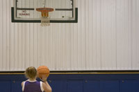 Teenage girl playing basketball 11029008607| 写真素材・ストックフォト・画像・イラスト素材|アマナイメージズ