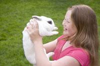 Young girl holding rabbit 11029008822| 写真素材・ストックフォト・画像・イラスト素材|アマナイメージズ
