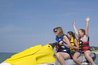 Mother and children riding jet boat 11029008971| 写真素材・ストックフォト・画像・イラスト素材|アマナイメージズ