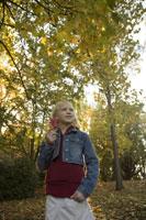 Young girl holding autumn leaf 11029009425  写真素材・ストックフォト・画像・イラスト素材 アマナイメージズ