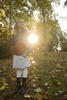 Young girl holding autumn leaf 11029009426  写真素材・ストックフォト・画像・イラスト素材 アマナイメージズ