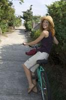 Woman walking with bicycle 11029009834| 写真素材・ストックフォト・画像・イラスト素材|アマナイメージズ