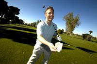 Man holding tee card on golf course 11029010002| 写真素材・ストックフォト・画像・イラスト素材|アマナイメージズ