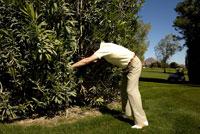Man searching for a golf ball 11029010025| 写真素材・ストックフォト・画像・イラスト素材|アマナイメージズ