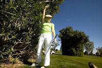 Cheering female golfer 11029010026| 写真素材・ストックフォト・画像・イラスト素材|アマナイメージズ