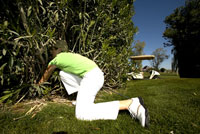 Woman searching for a golf ball 11029010027| 写真素材・ストックフォト・画像・イラスト素材|アマナイメージズ