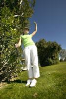 Cheering female golfer 11029010028| 写真素材・ストックフォト・画像・イラスト素材|アマナイメージズ