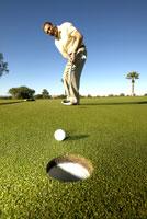 Male golfer putting 11029010058| 写真素材・ストックフォト・画像・イラスト素材|アマナイメージズ