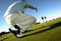 Male golfer lining up shot 11029010064| 写真素材・ストックフォト・画像・イラスト素材|アマナイメージズ