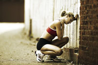 Woman runner resting 11029010092| 写真素材・ストックフォト・画像・イラスト素材|アマナイメージズ