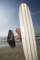 Man standing naked behind surfboard 11029010396| 写真素材・ストックフォト・画像・イラスト素材|アマナイメージズ