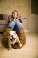 Teenage girl playing with bulldog 11029010484| 写真素材・ストックフォト・画像・イラスト素材|アマナイメージズ