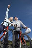 Mature couple riding bicycles 11029010525| 写真素材・ストックフォト・画像・イラスト素材|アマナイメージズ
