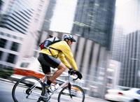 Blurred view of man biking downtown 11029010654| 写真素材・ストックフォト・画像・イラスト素材|アマナイメージズ