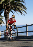 Man biking uphill 11029010658| 写真素材・ストックフォト・画像・イラスト素材|アマナイメージズ
