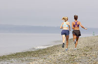 Women jogging on beach 11029010840  写真素材・ストックフォト・画像・イラスト素材 アマナイメージズ