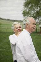 Senior couple walking 11029011261| 写真素材・ストックフォト・画像・イラスト素材|アマナイメージズ