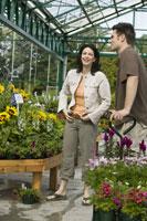 Couple shopping at plant nursery 11029011287| 写真素材・ストックフォト・画像・イラスト素材|アマナイメージズ