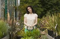 Woman shopping at plant nursery 11029011292| 写真素材・ストックフォト・画像・イラスト素材|アマナイメージズ