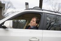 Businessman driving to work 11029011606| 写真素材・ストックフォト・画像・イラスト素材|アマナイメージズ