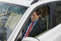 Businessman driving to work 11029011611| 写真素材・ストックフォト・画像・イラスト素材|アマナイメージズ