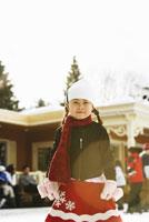 Girl wearing winter clothes 11029011671| 写真素材・ストックフォト・画像・イラスト素材|アマナイメージズ