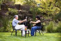 Couple Enjoying Wine in Backyard 11029011929| 写真素材・ストックフォト・画像・イラスト素材|アマナイメージズ
